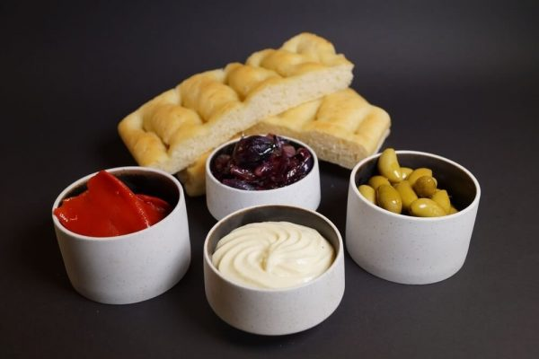 Foccacia, aioli, bakt paprika, glassert småløk og oliven