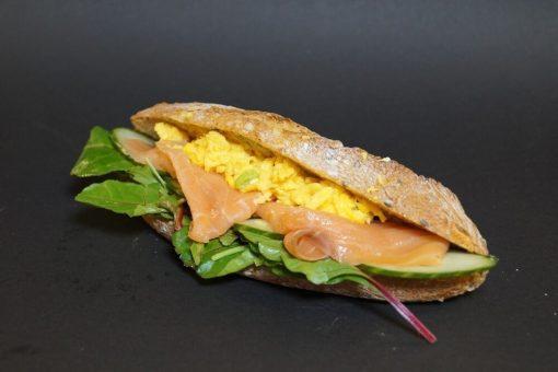 Fullkorn baguette med laks, eggerøre
