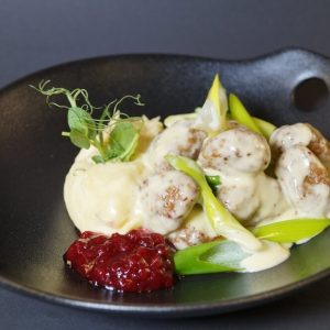 Kjøttboller, potetmos og kremet løksaus