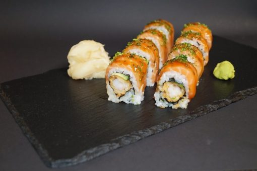 Maki -Tigerreker tempura toppet med laks og teriyaki