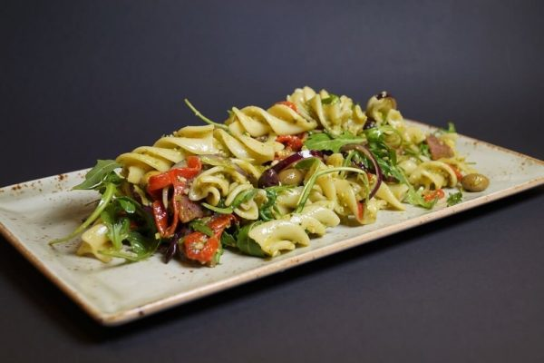 Pasta farfalle salat med krydder pølse