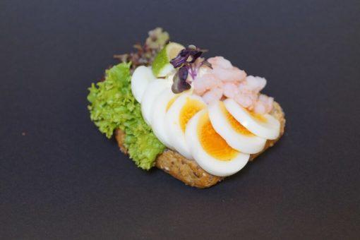 Rundstykke med egg og reker