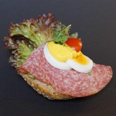 Rundstykke med salami og egg