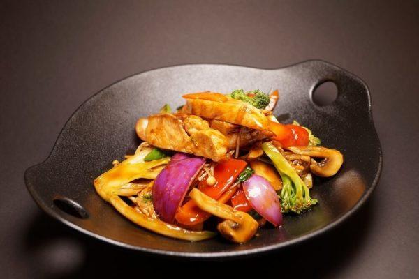 Woket kylling med pak choi og hoisinsaus