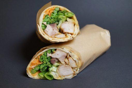 Wraps med kylling og peanøttsaus